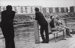 """Antanas Sutkus. """"Keltas """"Antakalnis - Žirmūnai"""", 1964"""