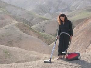 Raeda Saadeh. Vacuum. 2008, video