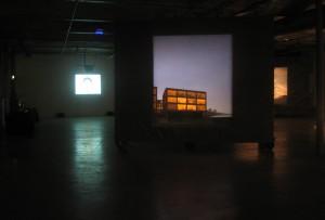 Kairėje – estų menininkės Tanjos Muravskajos video One Day We will Win in any Case (Vieną dieną mes vis vien nugalėsim), dešinėje – latvių menininko Andris Eglītis tapybos darbas Nr. 29 iš ciklo Under the Sky (Po dangumi)
