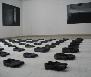Eimutis Markūnas. Išeinantys/Įeinantys. Instaliacija, 2008. Fone: Agnė Jonkutė. Iš ciklo Neegzistavimo faktai, 2005 - 2006