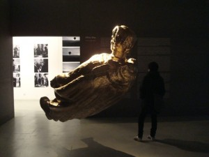 Kristina Norman. Po karo. Auksinė bronzinės kareivio skulptūros kopija, 2009