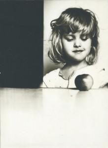 Mergaite.su.obuoliu.R.Cernius.1986m