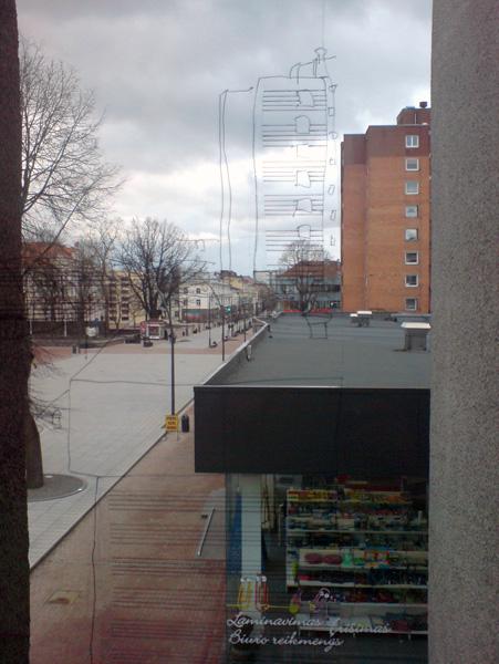 Justinos Nekrasaites ir Ronaldo Gutmano kurinys ant galerijos lango